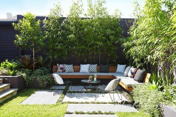 garten sitzecke gestalten schöne gartenmöbel viele pflanzen