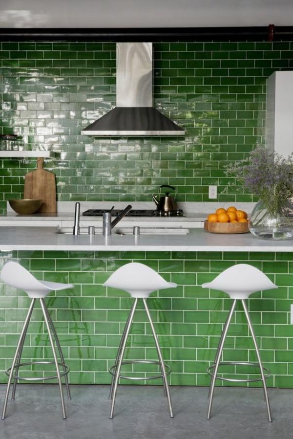 küche fliesenspiegel grüne wandfliesen ausgefallene kücheninsel