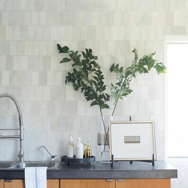 küche fliesenspiegel helle farben pflanze dekoideen