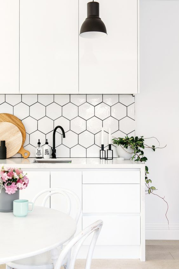küche fliesenspiegel hexagon fliesen weiß modern