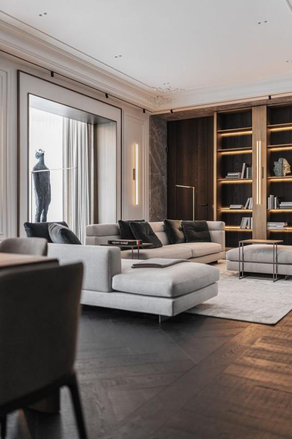 modernes Wohnzimmer Kontraste schaffen dunkler Parkettboden Regalwand weiße Sitzgarnitur schickes Ambiente