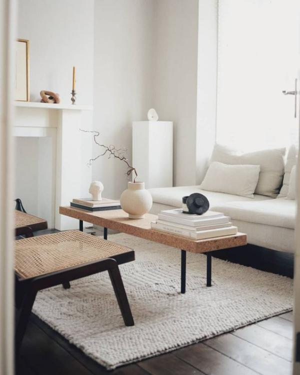 modernes Wohnzimmer einladende Raumatmosphäre ganz in Weiß Kamin Kerzenhalter Tisch Deko Artikel Vase hellgrauer Teppich