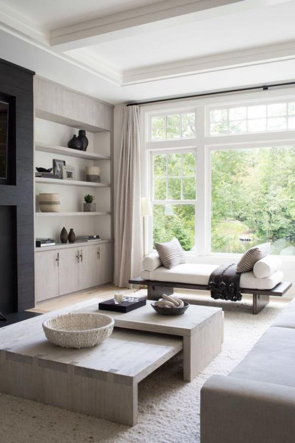modernes Wohnzimmer helles Ambiente großes Fenster schicke niedrige Möbel Weiß