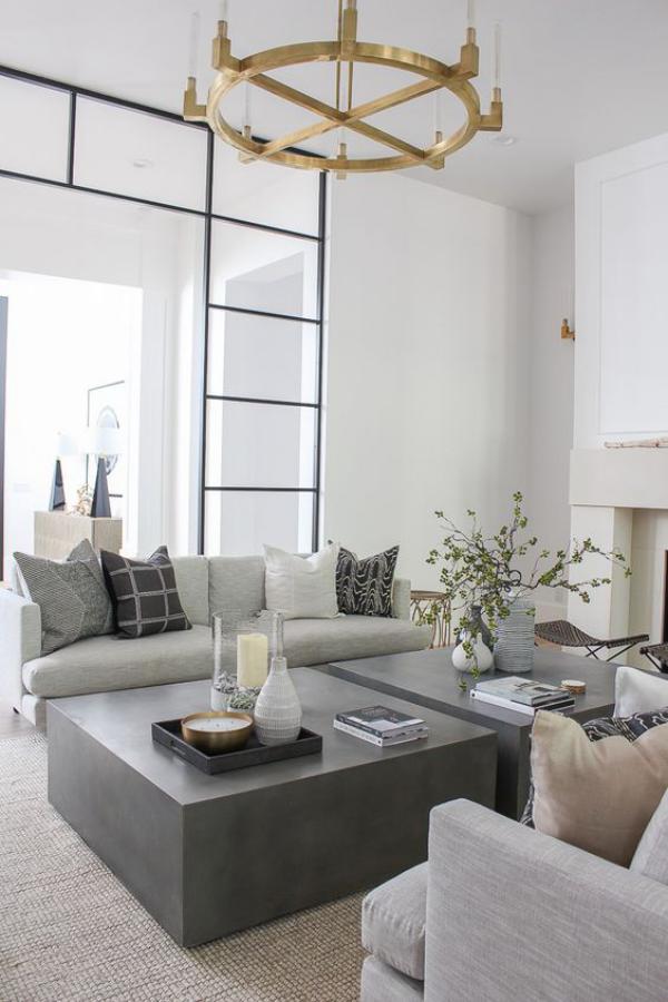 modernes Wohnzimmer helles Interieur weiß hellgrau mit Deko Elementen und weichen Kissen aufpeppen