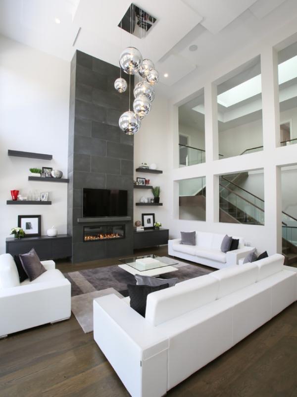 modernes Wohnzimmer weiße Möbel graue Akzentwand ausgefallene Hängeleuchten Glastisch grauer Teppich