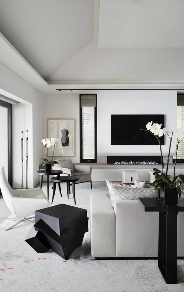 modernes Wohnzimmer weißes Ambiente schwarze Raumaccessoires schwarze Deko Artikel als Blickfang