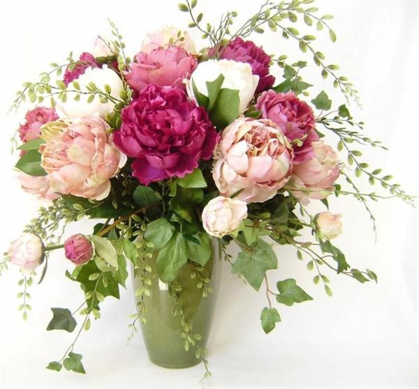 pfingstrosen in der vase knospen auswählen schönen strauß arrangieren