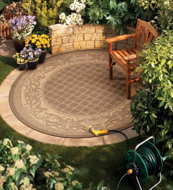 runder outdoor teppich hinterhof gestalten schöne gartenpflanzen