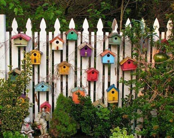 sommer gartendeko selber machen farbige vogelhäuser gartenzaun dekorieren