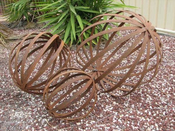 sommer gartendeko selber machen metall kugeln kreative gartendeko