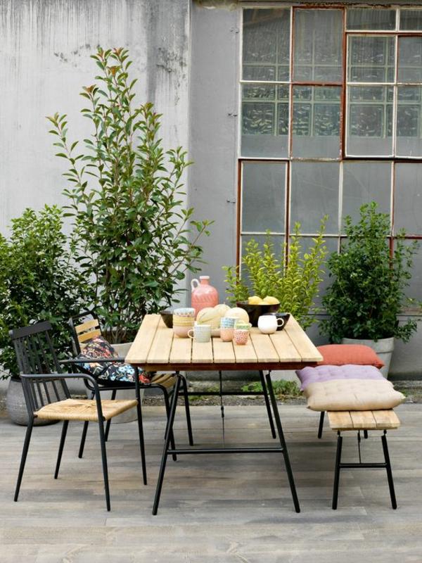 terrasse dekorieren dekokissen essplatz gestalten pflanzen