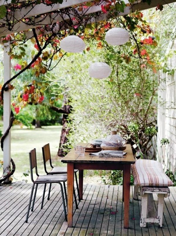 terrasse dekorieren essecke kletterpflanzen überdachung
