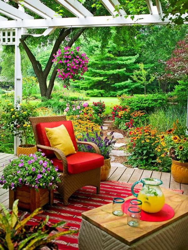 terrasse dekorieren frische farben schöne muster viele pflanzen