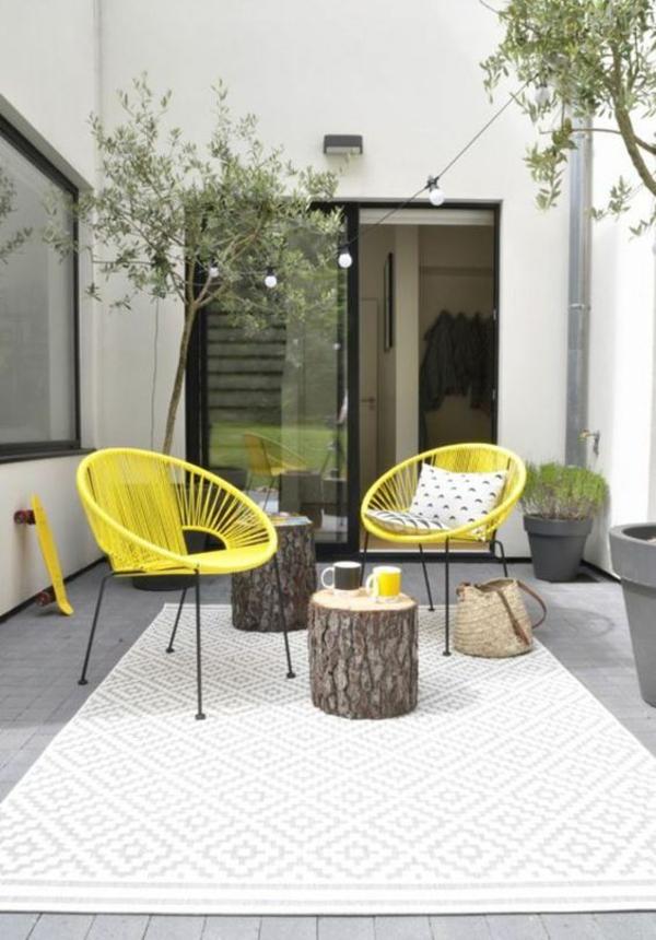 terrasse dekorieren gelbe stühle weißer outdoor teppich