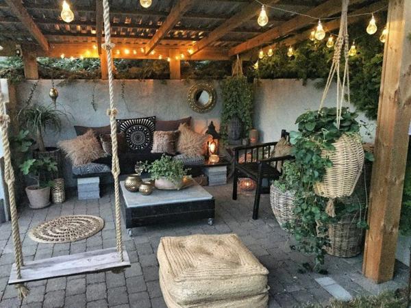 terrasse dekorieren große topfpflanzen schaukel