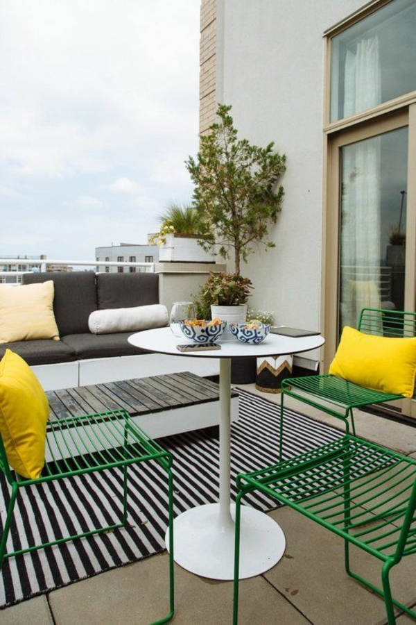terrasse dekorieren minimalistisch farbige möbel