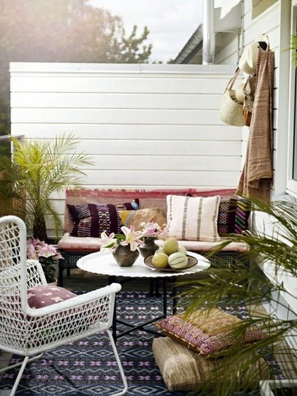 terrasse dekorieren sichtschutz pflanzen gemütliche sitzgelegenheiten