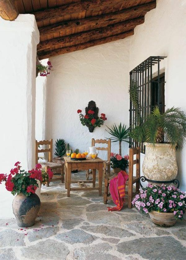 terrasse dekorieren sommerflair viele blühende pflanzen