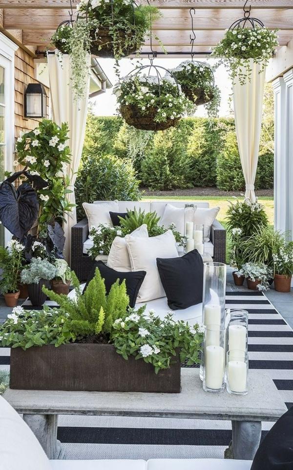 terrasse dekorieren streifenteppich kerzen