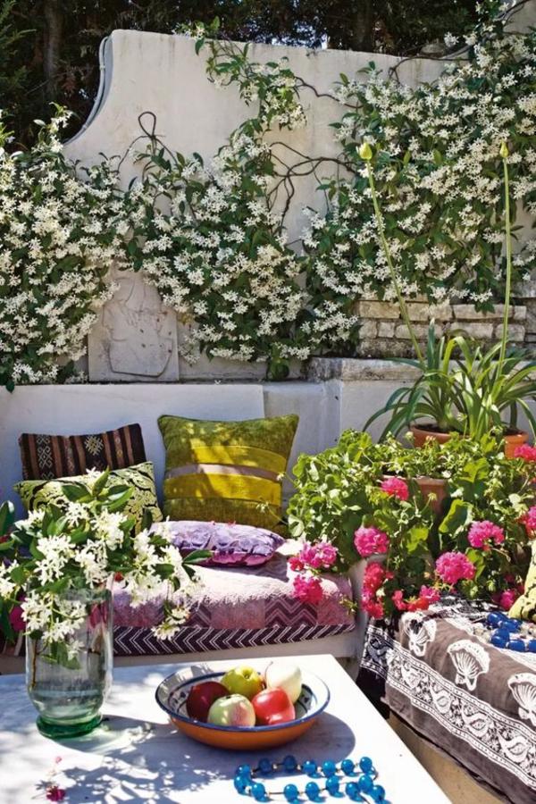 terrasse dekorieren viele textilien schöne gartenpflanzen