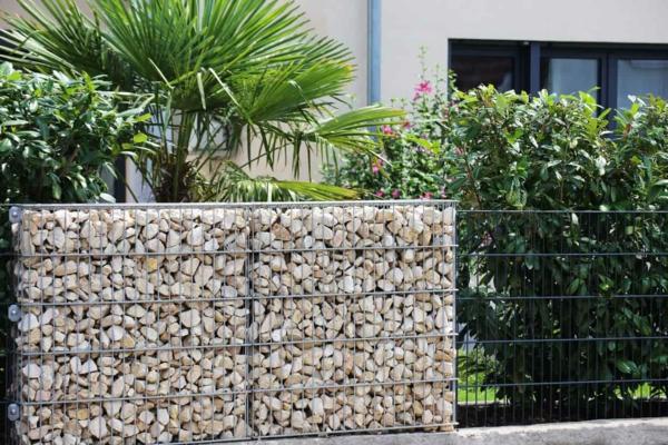 terrassentrennwand gabionen dekorativer sichtschutz