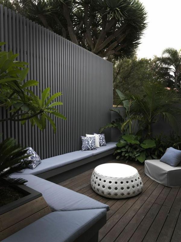 terrassentrennwand hinterhof ideen viele pflanzen moderne möbel