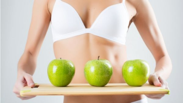 Äpfel essen - gesunde Ernährung am Bauch abnehmen