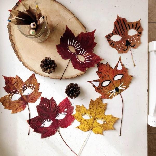 Basteln zum Herbst mit Naturmaterialien aus dem Garten oder Park blätter masken kinder halloween
