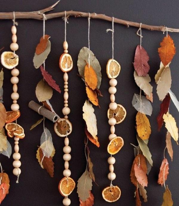 Basteln zum Herbst mit Naturmaterialien aus dem Garten oder Park blätter windspiel perlen