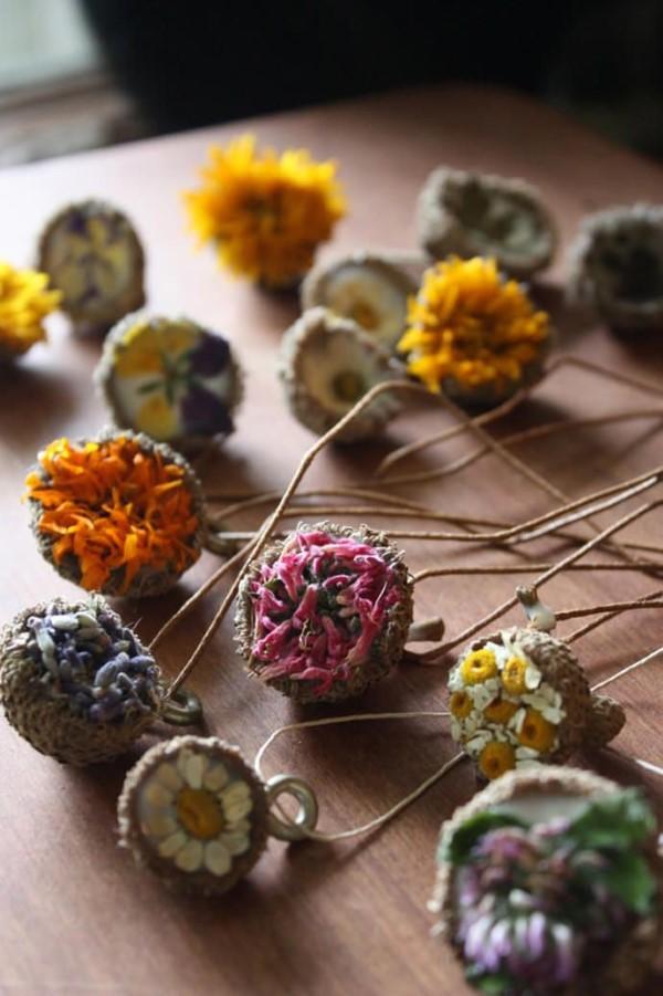 Basteln zum Herbst mit Naturmaterialien aus dem Garten oder Park eicheln blumen schmuck