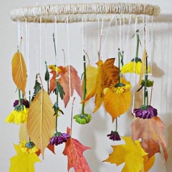 Basteln zum Herbst mit Naturmaterialien aus dem Garten oder Park windspiel blätter blumen