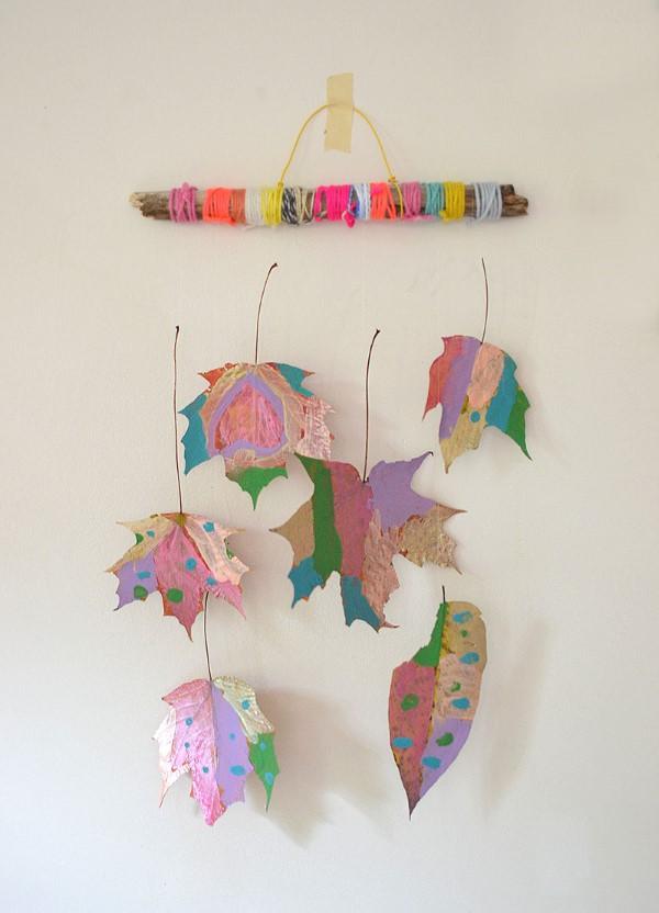 Basteln zum Herbst mit Naturmaterialien aus dem Garten oder Park windspiel mobile bunt