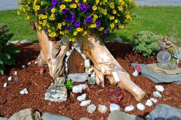 Baumstumpf dekorieren – kreative Ideen mit Liebe zur Natur feengarten ideen zwergenhaus