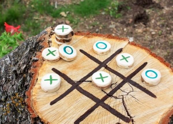 Baumstumpf dekorieren – kreative Ideen mit Liebe zur Natur garten spiel tic tac toe