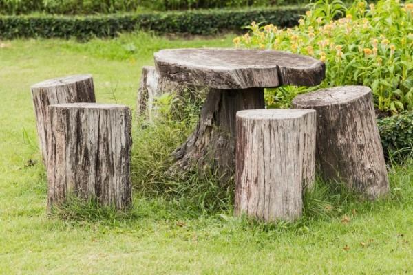 Baumstumpf dekorieren – kreative Ideen mit Liebe zur Natur tisch und stühle hocker