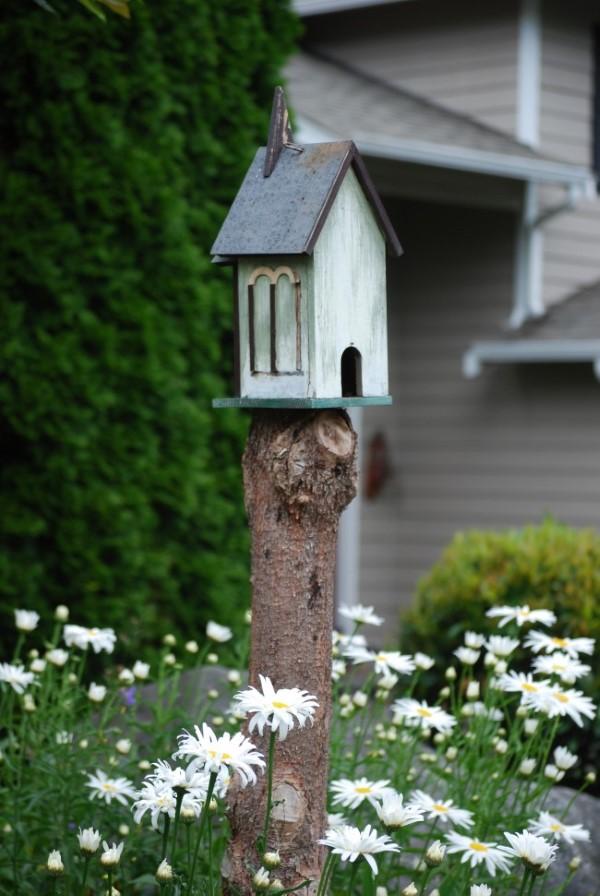 Baumstumpf dekorieren – kreative Ideen mit Liebe zur Natur vogelhaus bienenhotel garten