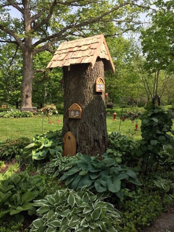 Baumstumpf dekorieren – kreative Ideen mit Liebe zur Natur zwergenhaus im garten ideen tipps