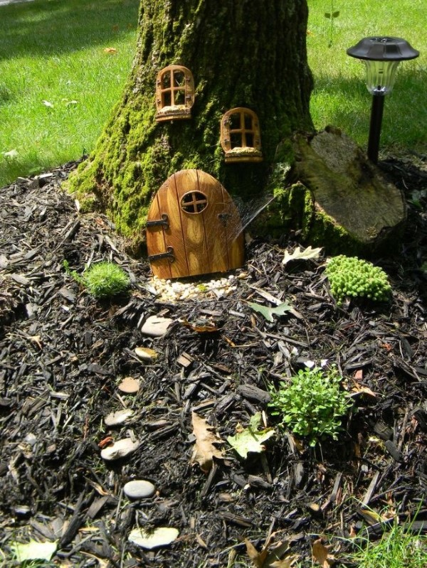 Baumstumpf dekorieren – kreative Ideen mit Liebe zur Natur zwergenhaus niedlich realistisch