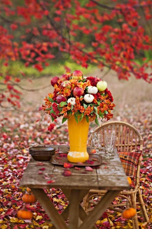 Einen märchenhaften Herbstgarten gestalten – farbenfrohe Ideen und Tipps picknick deko garten vase