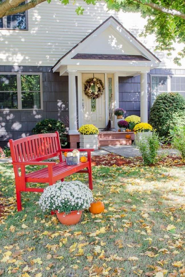 Einen märchenhaften Herbstgarten gestalten – farbenfrohe Ideen und Tipps sitzbank rot akzent