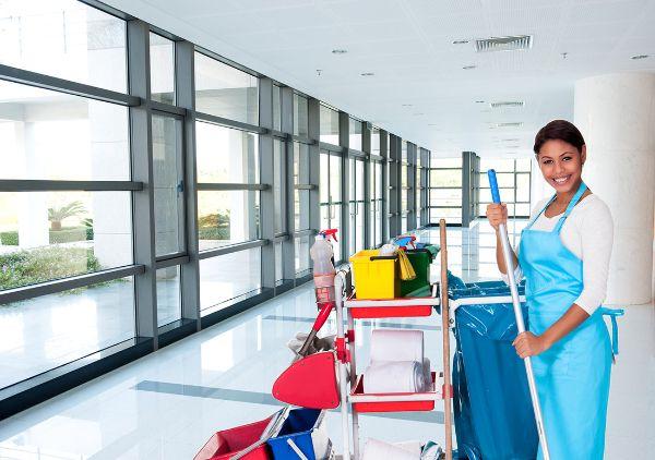Gebäudereinigung - Frau macht sauber