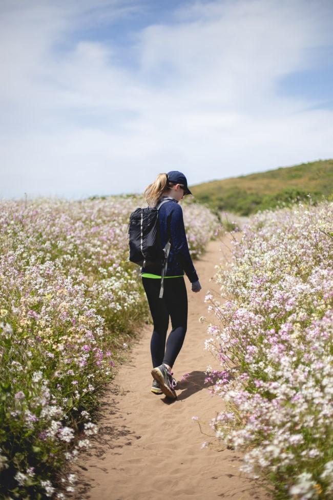 Gehen zum Abnehmen und andere Vorteile dieser Aktivität durch blumenfeld wandern