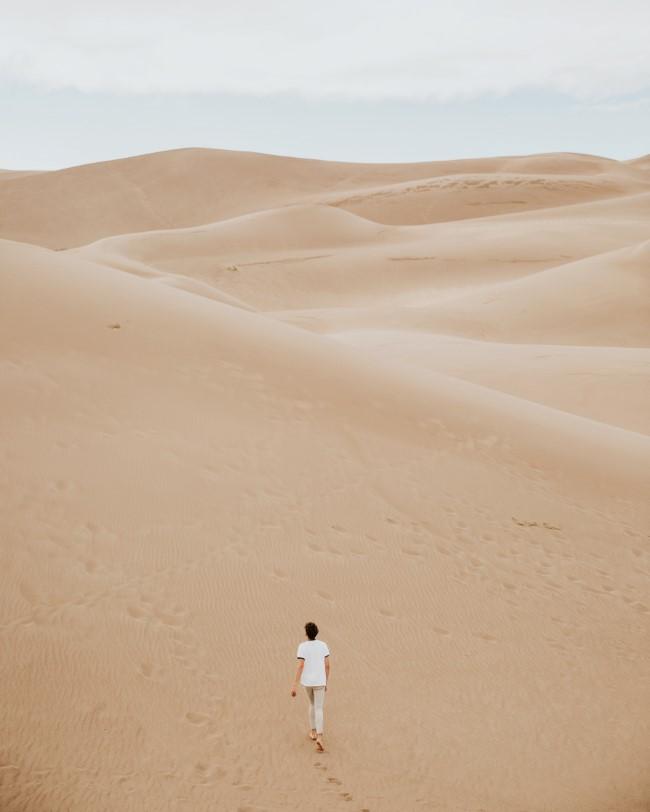 Gehen zum Abnehmen und andere Vorteile dieser Aktivität gehen durch wüste