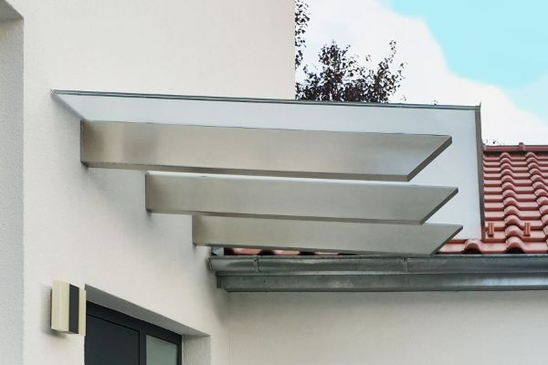 Glasvordächer - weiße minimalistische Fassade