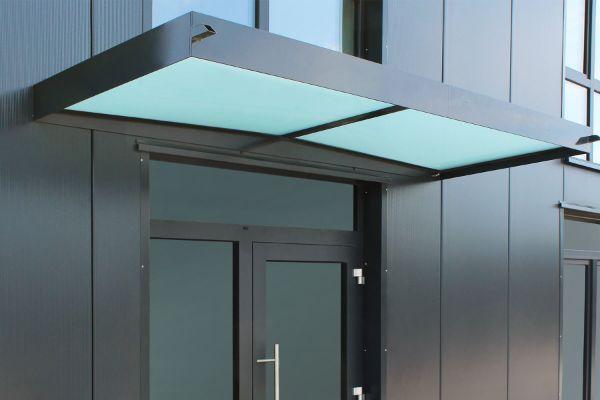 Glasvordach graue Fassade - Glas Ideen