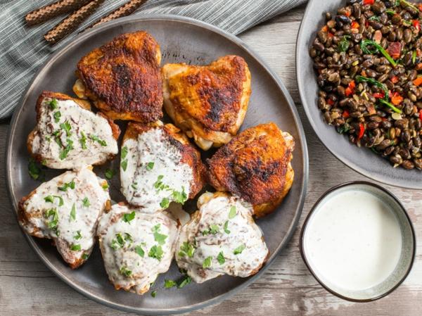 Hähnchengericht mit weißer BBQ-Sauce