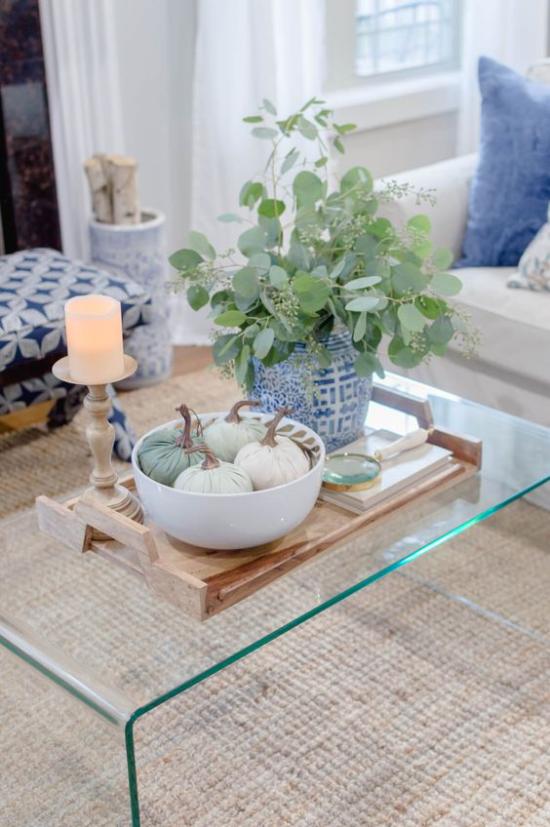 Herbstdeko auf dem Kaffeetisch Eukalyptus Blätter in Vase eine frische grüne Note ins Wohnzimmer bringen