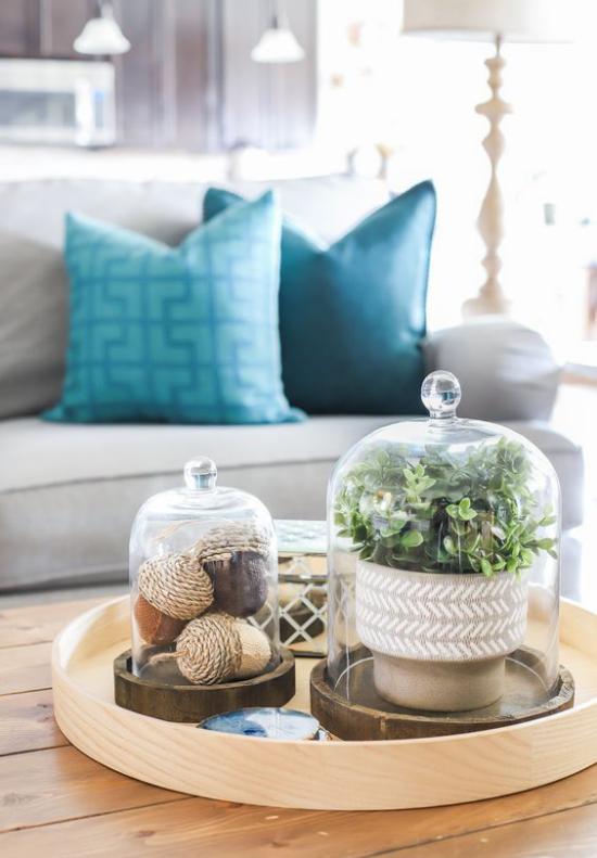 Herbstdeko auf dem Kaffeetisch Eukalyptus Blätter in Vase unter Glas gebastelte Eicheln unter Glas