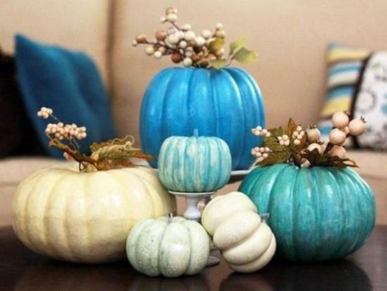 Herbstdeko auf dem Kaffeetisch Kürbisse in hellen Farben bemalen als Vasen verwenden
