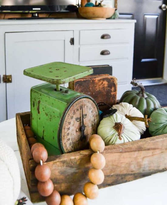 Herbstdeko auf dem Kaffeetisch alte Gegenstände rustikales Flair Holzperlen alte Wiege künstliche Kürbisse